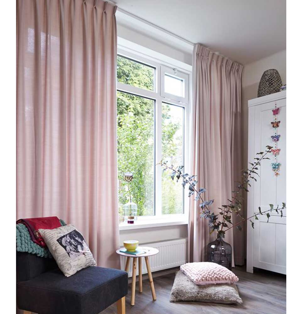 cortina tradicional con pinzas violeta decoraciones